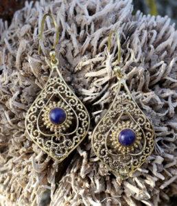 Messing Ohrringe mit Lapislazuli im Ganesha Online Shop
