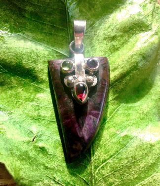 Sugilith Silber Anhänger mit kleinen Edelsteinen besetzt
