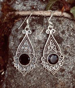 Silberohrringe mit geschliffenen Onyx im Ganesha Online Shop