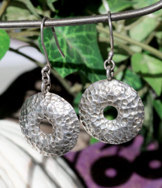 Runde Silberohrringe im Waben Look