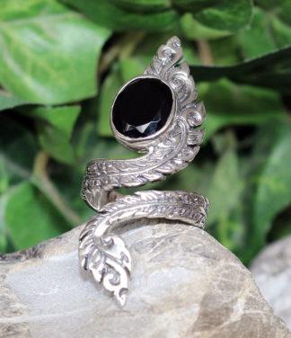Verstellbarer offener Silberring mit geschliffenen Onyx