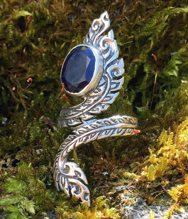 offener Silberring mit Saphir