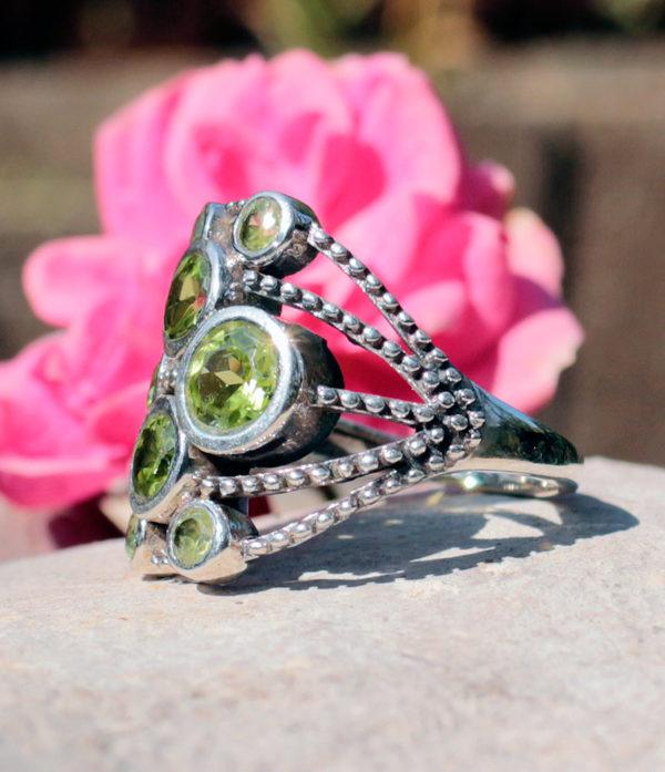 Silberring mit geschliffenen Peridot - Online Shop