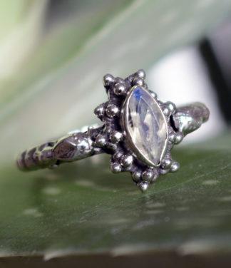 Ovaler geschliffener Mondstein Silberring im Ganesha Shop online kaufen