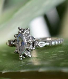 Im Onlne Shop ovaler geschliffener Mondstein Silberring Ganesha Shop Fürth