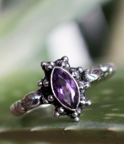 Günstiger Ovaler geschliffener Amethyst Silberring im Ganesha Shop