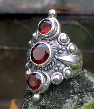 Silberring mit geschliffenen Granat Steinen im Ganesha Shop kaufen