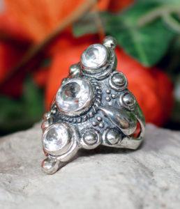 Silberring mit drei geschliffenen Bergkristallen im Ganesha Shop