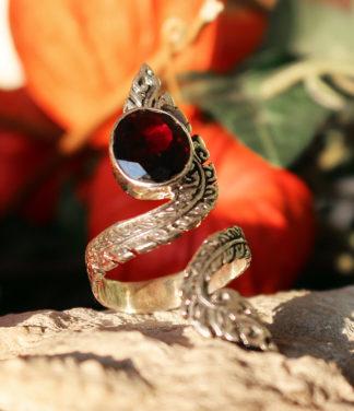 Offener Silberring mit geschliffenen Granat im Ganesha Online Shop
