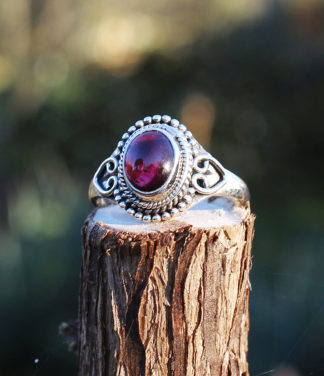 Kleiner Silberring mit Granat Stein im Ganesha Shop
