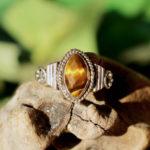Silberring mit geschliffenen Tigerauge im Ganesha Shop