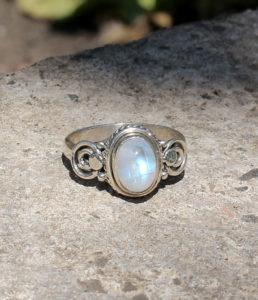 Kleiner Mondstein Silberring im Ganesha Online Shop